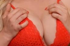 Un soutien-gorge rempli de gros seins